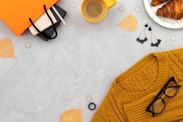 Frauenkleider und accessoires auf grauem hintergrund. mode herbst shopping sale