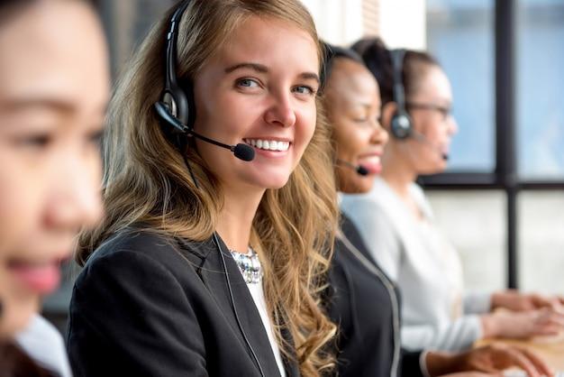 Frauenkundendienstmitarbeiter, der im kundenkontaktcenter arbeitet