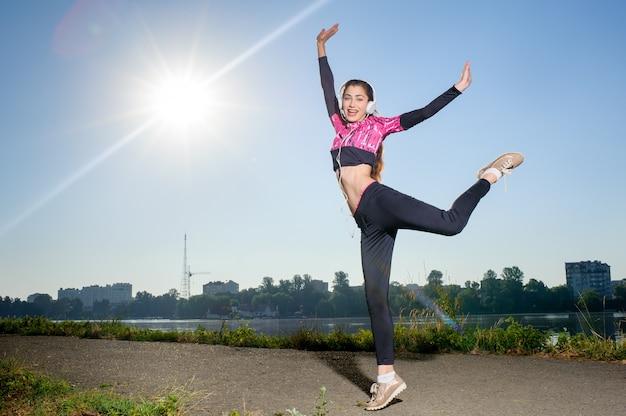 Frauenläufer draußen im stadtpark am sonnigen tag