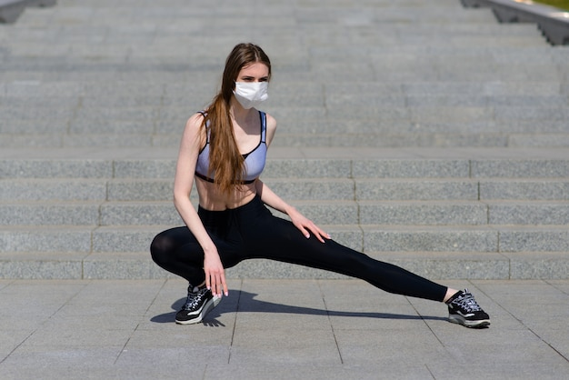 Frauenläufer morgenübung trägt sie eine nasenmaske. schutz vor staub und viren, covid