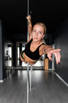 Frauenleistung auf pole dance