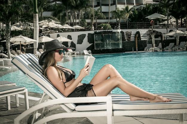 Frauenlesebuch nahe pool