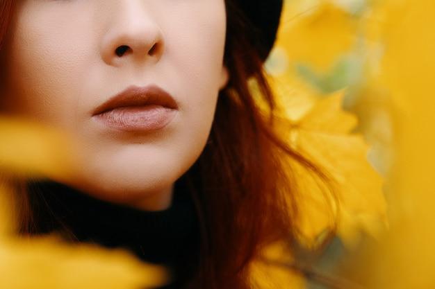 Frauenlippen nahaufnahme brauner lippenstift auf den lippen herbst romantisches porträt einer rothaarigen frau hell ...