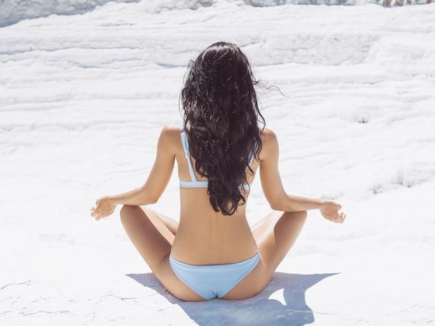 Frauenmeditation im freien pamukkale truthahn