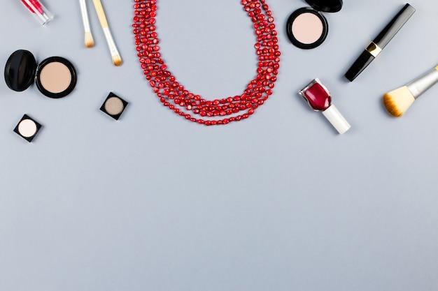 Frauenmode-accessoires, -schmuck und -kosmetik auf stilvollem grauem hintergrund. flach liegen