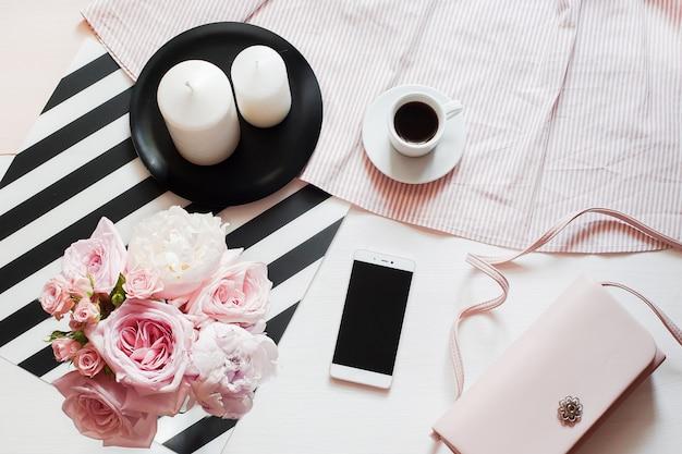 Frauenmode-accessoires, smartphone-spott oben, blumenstrauß aus rosen und pions, handtasche