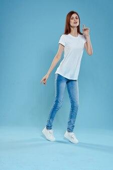 Frauenmodell in jeans und einem weißen t-shirt, das aufwirft