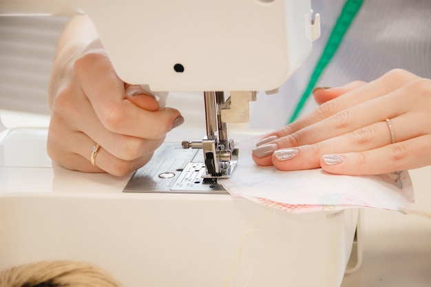 Frauennäherinarbeit über nähmaschine