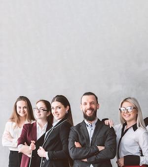 Frauenorientiertes unternehmen. mitarbeiter des unternehmens. vertrauen in erfolg und kompetenz. junges geschäftsteam posiert am arbeitsplatz