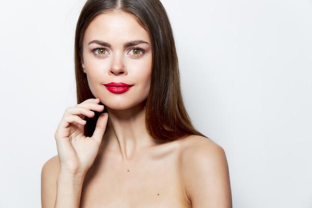 Frauenporträt nackte schultern attraktiver blick rote lippen hautpflege natürlicher look