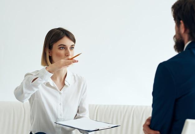 Frauenpsychologe arbeiten mit patientenhilfeberatungsbehandlung