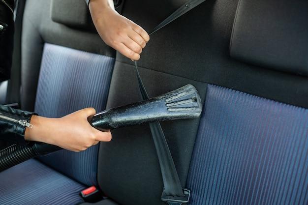 Frauenreinigung, staubsaugen des innenraums des autos durch staubsauger, transportkonzept