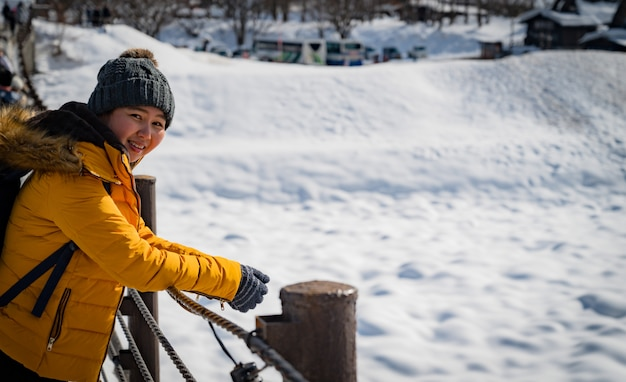 Frauenreise in japan., winterporträt der jungen asiatischen schönen frau im schnee. schneewinterschönheitsmodekonzept bei japan.