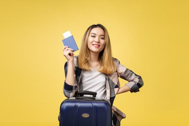 Frauenreise. junger schöner asiatischer frauenreisender, der pass hält