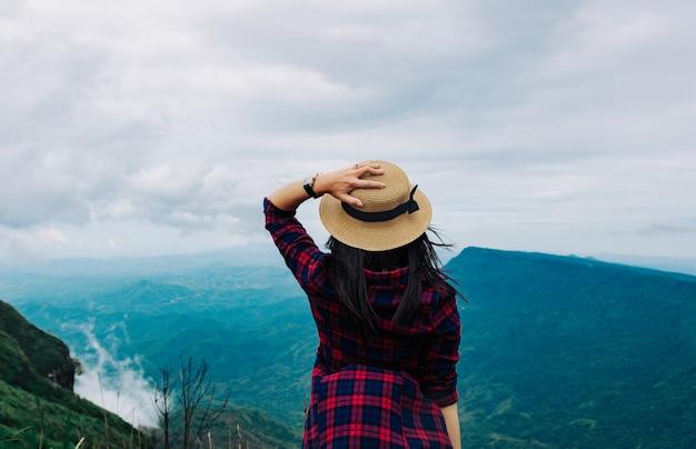 Frauenreise-regenzeitbergblick entspannen sich im feiertag