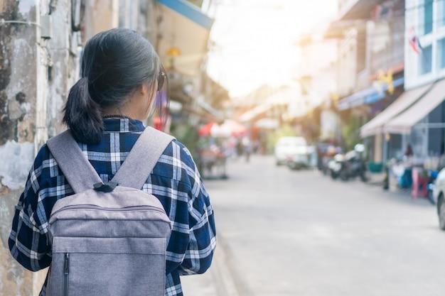Frauenreise um die welt mit rucksackfreiheitskonzept.