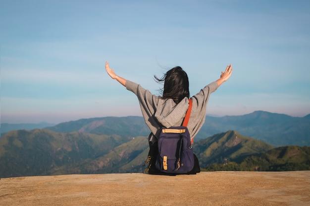 Frauenreisender, der für ansicht der natur am feiertag genießt