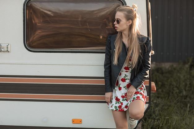 Frauenreisender, der sonnenbrille in einer reise durch wohnmobil am hintergrund in den vereinigten staaten trägt