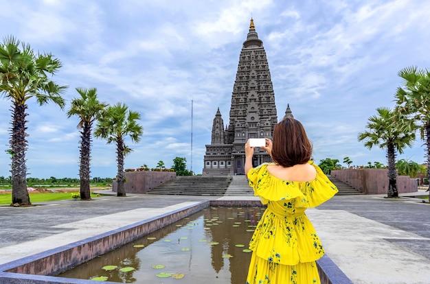 Frauenreisender in einem thailändischen tempel