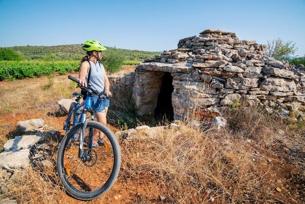 Frauenreisender reiten fahrrad in hvar, kroatien