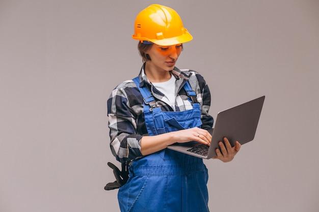 Frauenreparaturbetrieb getrennt mit laptop