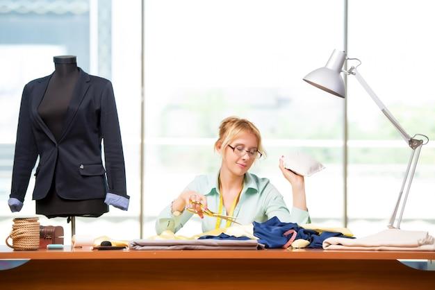 Frauenschneider, der an neuer kleidung arbeitet