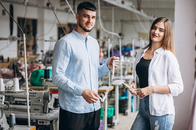 Frauenschneider in einer fabrik mit einem kunden