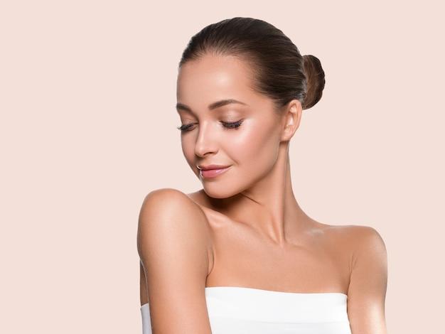 Frauenschönheitsgesicht gesundes haut natürliches make-up schönes junges modell. farbiger hintergrund. gelb