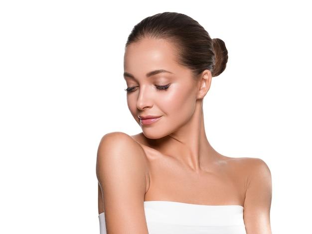 Frauenschönheitsgesicht gesundes haut natürliches make-up schönes junges modell. getrennt auf weiß.