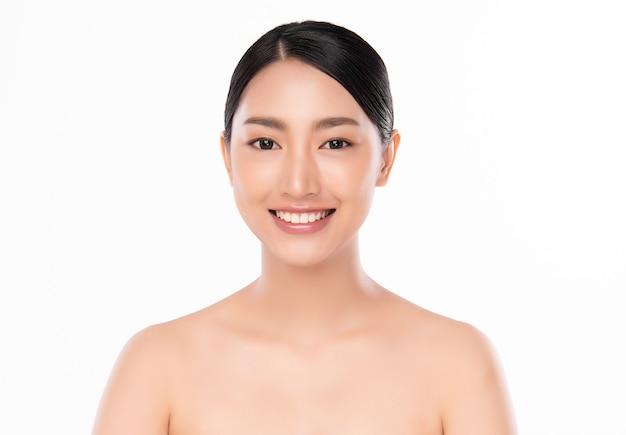 Frauenschönheitsgesichtsporträt lokalisiert auf weiß mit gesundem haut- und weißem zahnlächeln,