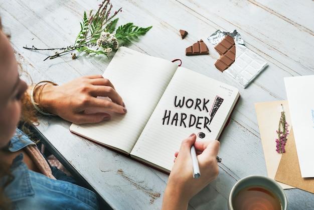 Frauenschreiben arbeite hart an einem notizbuch