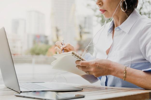 Frauenschreiben auf dem notizbuch