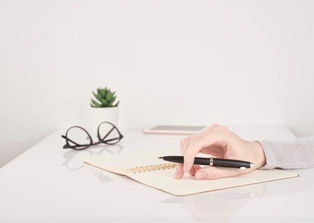 Frauenschreiben auf notizbuchseite,