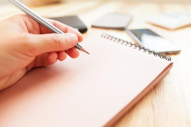 Frauenschreiben im notizblock