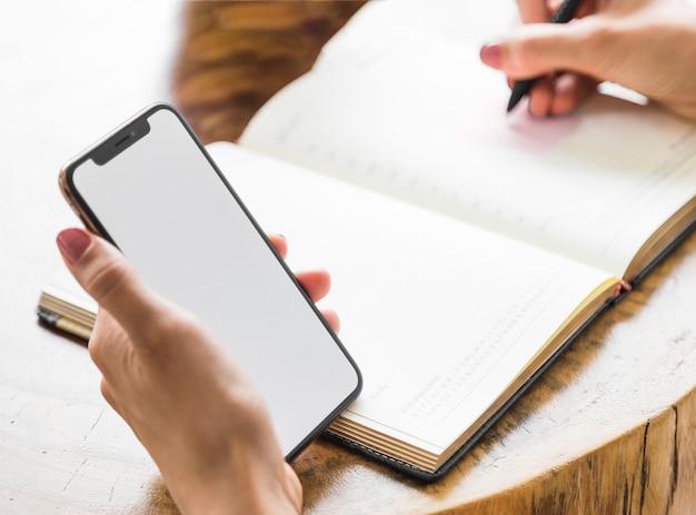 Frauenschreiben vom telefonmodell
