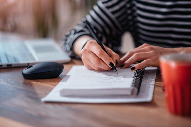 Frauenschreibensanmerkungen im notizbuch