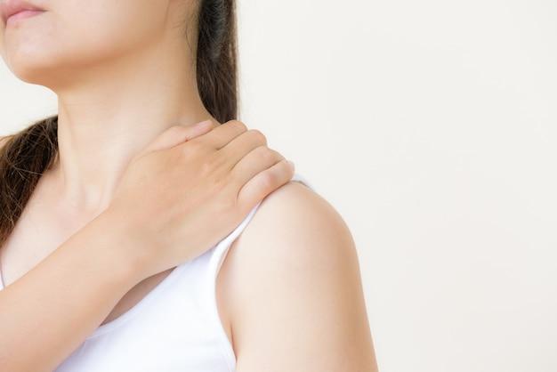 Frauenschulterschmerz und -verletzung. gesundheitswesen und medizinisches konzept.