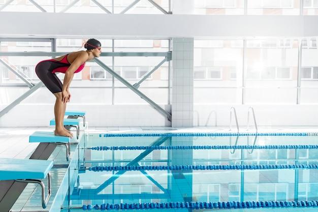 Frauenschwimmer in einer ausgangsposition