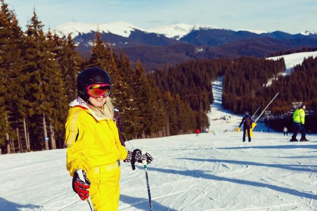 Frauenskifahrer in den bergen