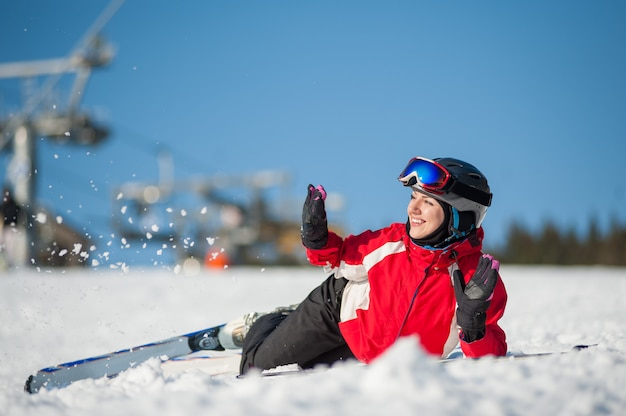 Frauenskifahrer mit ski am winererholungsort am sonnigen tag