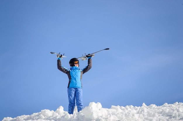 Frauenskifahrer oben auf den berg. wintersport-konzept