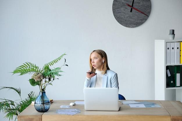 Frauenspitzenmanager diktiert sprachnachricht
