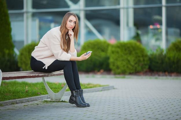 Frauenstress. porträt des gemobbten mädchens einsam und besorgt fühlend