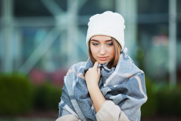 Frauenstress. schöne traurige hoffnungslose frau im leidenden tiefstand des wintermantels