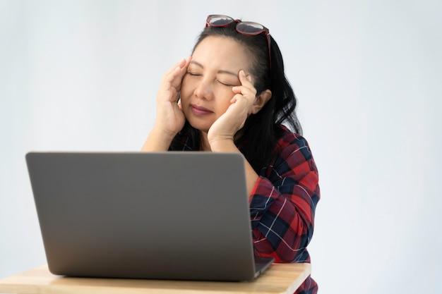 Frauenstress und kopfschmerzen während der arbeit von zu hause aus