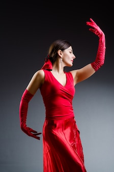 Frauentanztänze im roten kleid