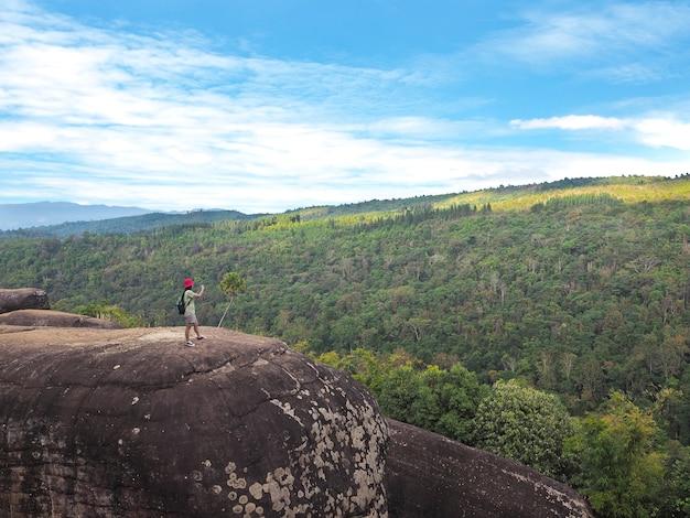 Frauentourist, der fotonaturansicht des grünen berges macht