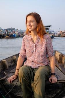 Frauentouristin auf schwimmendem markt in vietnam