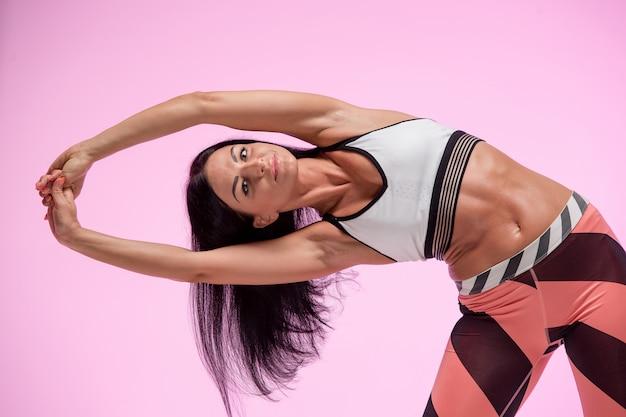 Frauentraining in sportbekleidung
