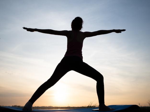 Frauenübung mit yoga